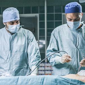 Sairaalasarjan leikkaussalissa meneillään operointi.