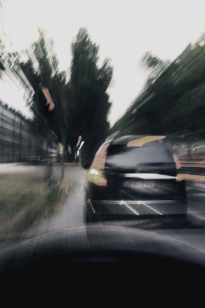 Suddig vy framåt från bilens vindruta