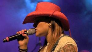 Erika Jonsson sjunger countrylåtar på värmländska