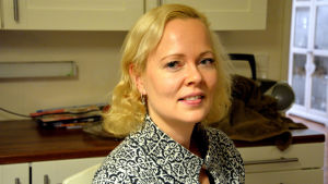 Katarina Liljeqvist sitter i sitt kök