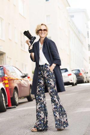Marica Rosengård på gatan med kameran.