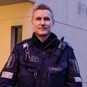 Polis Fredrik Byman framför polishuset i Vasa.