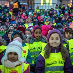 Barn som sitter utomhus och ser på film i Tromsö