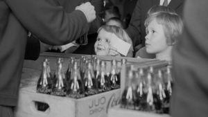 Barn får smaka på Coca-Cola, 1950