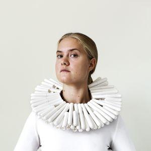 Vanessa Forsténs självporträtt White Privilege där hon står med en tampongkrake runt halsen.