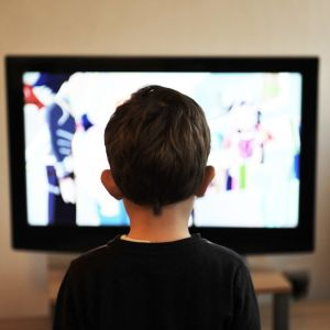 Pojke som ser på tv