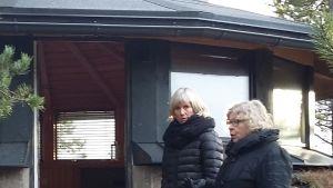 Charlotta Tallqvist-Cederholm och Marketta Wall inspekterar bunkern vid Stormhälla i Hangö