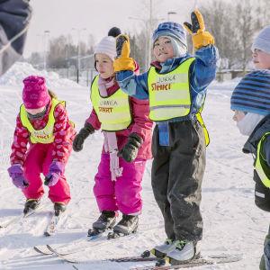 Barn går i skidskola i Svedängen i Helsingfors