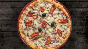 Pizza på ett bord.