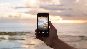 älypuhelimen kamera tähtää kohti merta ja taivasta