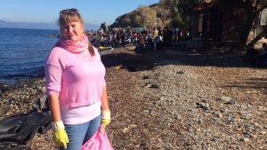 Marjaana Mäkelä samlar skräp på stranden där flyktingar tar i land.