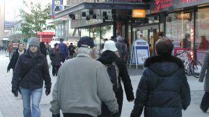 Folk i centrum av Åbo