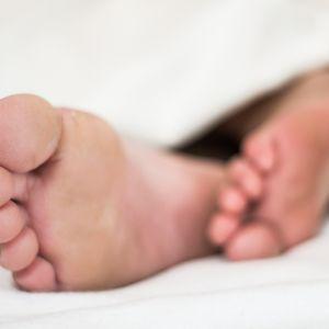 Sovande fötter.