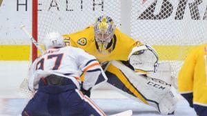 Pekka Rinne i duell mot Edmontons Connor McDavid