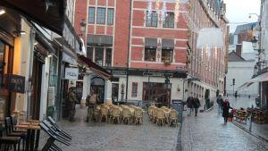 Ständga cafeer och folktomma gator övervakas av poliser i Bryssel.