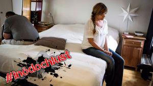 Man och kvinna sitter på varsin sängkant.
