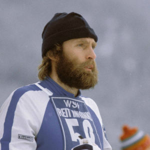 Juha Mieto, med logon för Finlands 100 största idrottsögonblick.