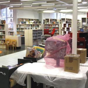 Intäckta apparater inför meröppet i Gammelbacka bibliotek.