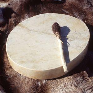 En samisk nåjdtrumma av renskinn.