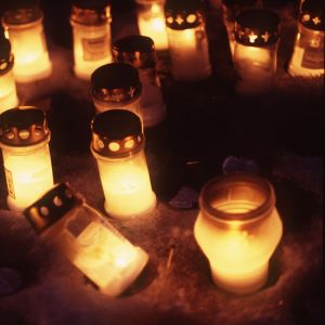 Många lycktor på gravgården på alla helgons dag