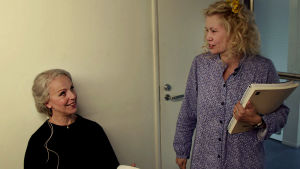 Syyssonaatin päätähti Anne Sofie von Otter ja Helena juttelevat.