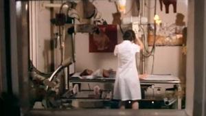 Lapsi tutkittavana syöpäosastolla, osasto 10 (1982)
