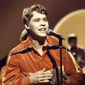 Markku Aro soittaa rumpua ja laulaa Euroviisukarsinnassa 1976