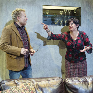 Ryhmäteatteri: Sormet hunajapurkissa. Kuvassa Juha Kukkonen ja Sanna-Kaisa Palo.