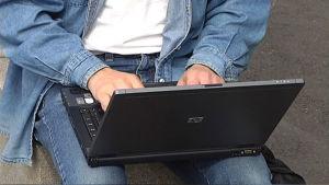 Person som skriver på en bärbar dator