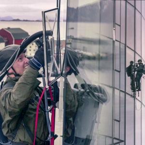Andreas Wahl testar sugkoppar på en glasvägg