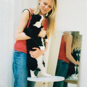 Pianotaiteilija Laura Mikkola Michel-kissansa kanssa Pariisissa vuonna 2005. Kuva: Elina Brotherus
