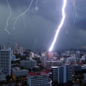 Salama iskee Panama Cityyn