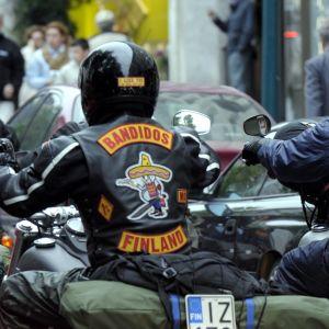 Moottoripyöräkerho Bandidoksen jäseniä liikenteessä.