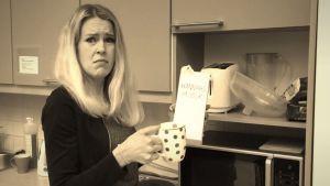 Hannah Norrena med kaffemugg och mjölkkartong