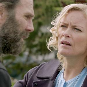 Karaktärerna Logi och Brynhildur samtalar i dramaserien Case.