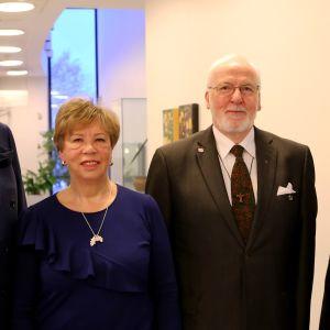 Bild på Tapio Jokinen, Pirkko Keskinen och Tryggve Forssell från Åbosamfundet samt museidirektör Laura Luostarinen.