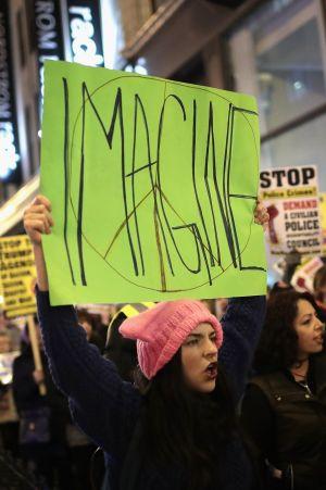 Människor demonstrerar mot Donald Trumps politik i Chicago i USA