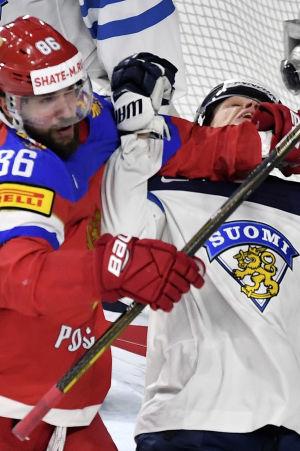 Nikita Kutserov och Julius Honka i närkamp under ishockey-VM 2017