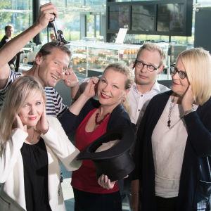 Kantapöydän juontajat syksyllä 2016: Riikka Holopainen, Vesa Kytöoja, Inari Tilli, Timo Asikainen ja Helena Hannikainen.