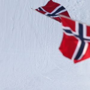 Norska flaggor vajar vid skyttespåren, 2016.