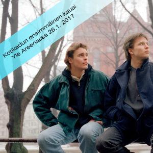 Teemu Luotola (Ville Keskilä) ja Janne Mäkimaa (Misa Nirhamo) istuvat Helsingin Johanneksenkirkon edessä.