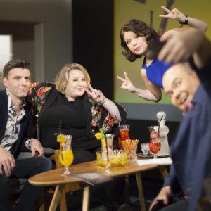 De Eurovisa: Eva Frantz, Janne Hyöty, Ellen Strömberg och Johan Lindroos tar en selfie.