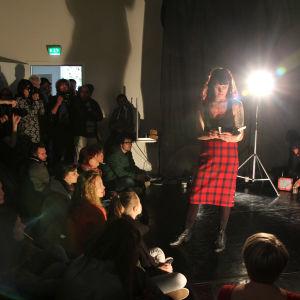 Ouija placerar ut lappar i publikens munnar.
