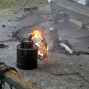 Dammsugaren börjar sedermera brinna. Om det här är planerat eller inte är svårt att säga. Jag tror på det senare alternativet.