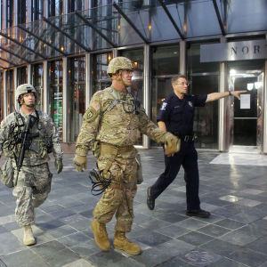 Medlemmar i nationalgardet bistår polisen med övervakning i Charlotte.