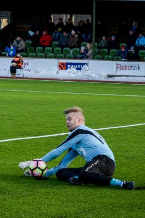 EIF:s målvakt Jonathan Jäntti soppar bollen med händerna.