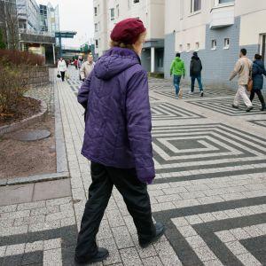 muistisairas aili kävelee kävelytiellä