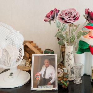 tavaraa pöydällä muistisairaan ailin kodissa