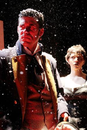 Tommi Korpela, Kreeta Salminen  ja Pirjo Lonka Q-teatterin näytelmässä Corto Maltesen seikkailut.