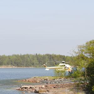 Räddningshelikptern landar i Nagu.